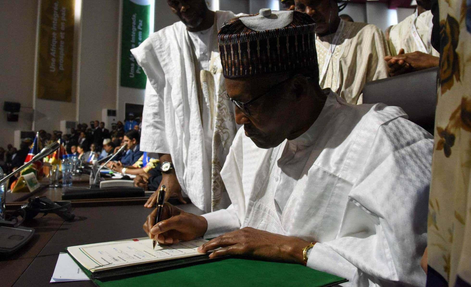 Muhammadu Buhari firma la adhesión de Nigeria al tratado comercial, este domingo en Niamey (Níger). ISSOUF SANOGO AFP
